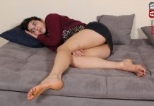 Barefoot Tecla spreads her sexy toes apart widely